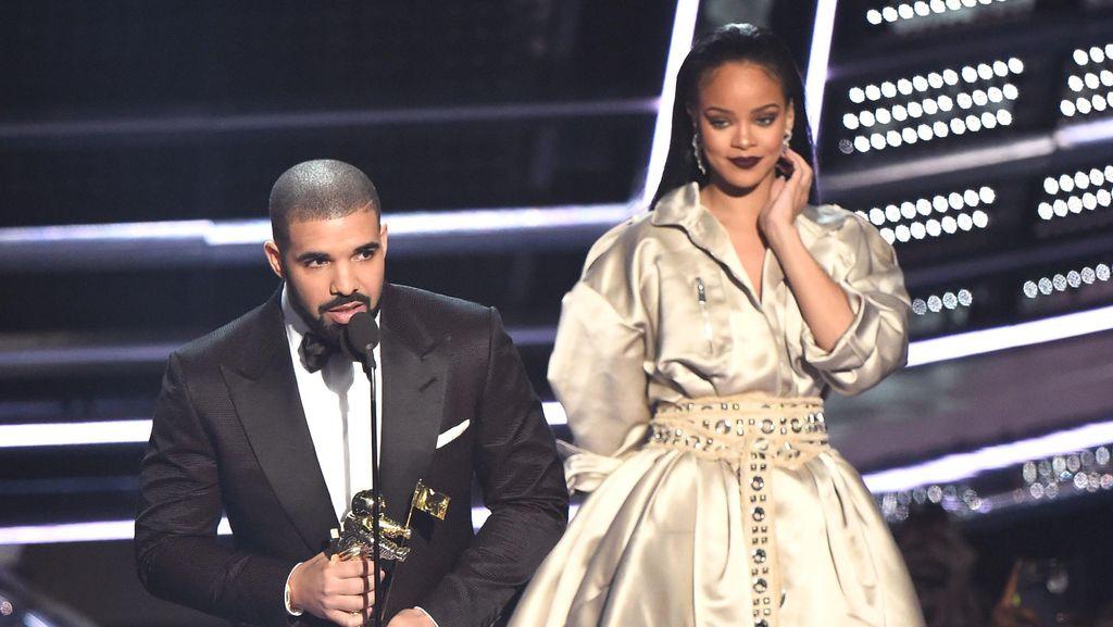 Pasang Tato Kembaran, Drake dan Rihanna Makin Serius?