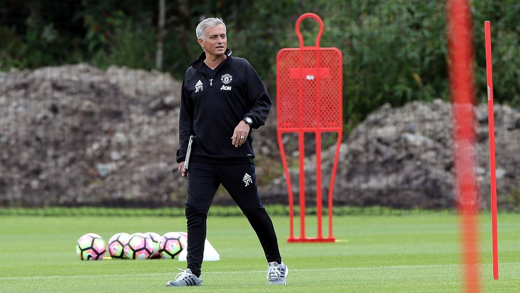 Mourinho Curhat Soal Sulitnya Hidup di Manchester