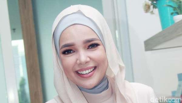 Senyum Manis Dewi Sandra Bikin Pria Luluh
