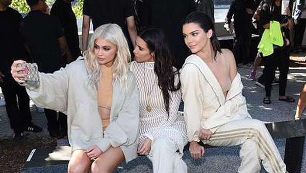 Klan Kardashian Eksis di Fashion Show