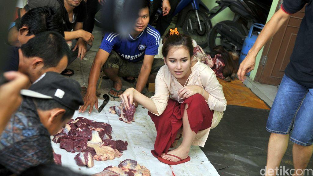 Suasana Potong Kurban di Rumah Ayu Ting Ting