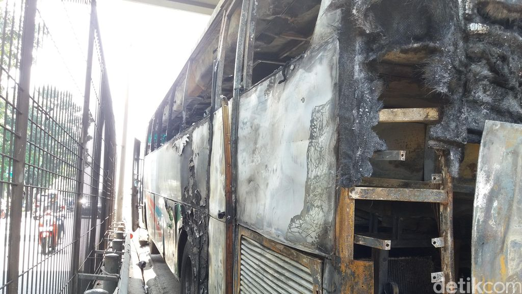 Hangus Terbakar, ini Wujud Bus Budiman yang Diparkir Dekat Tol Kebon Jeruk