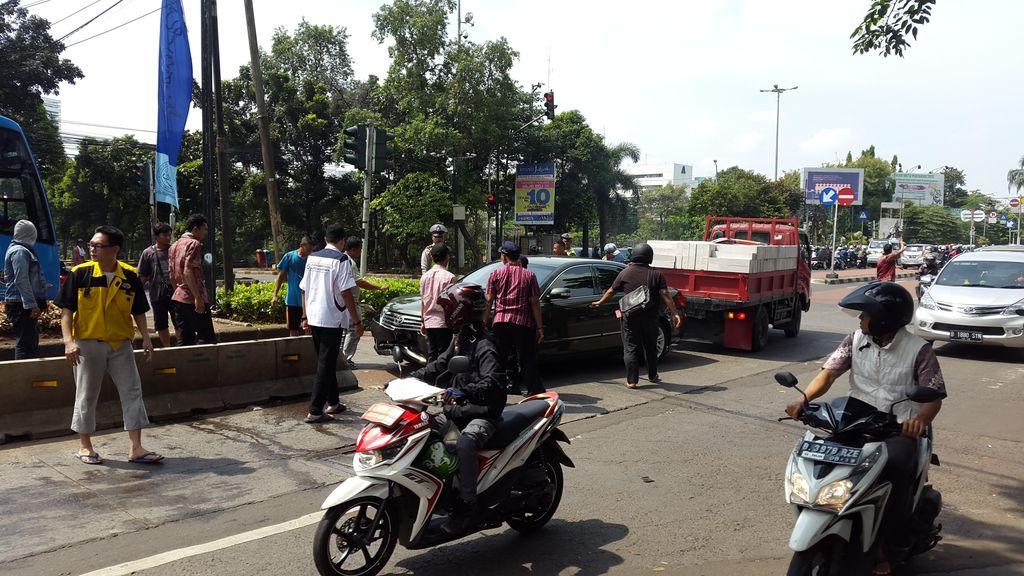 Camry yang Tabrak dan Nyangkut di Separator Busway di Ragunan Ditarik Truk