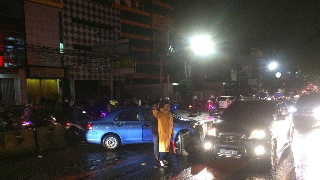 Taksi Menabrak Separator Busway Gandaria City Jakarta, Lalu Lintas Macet