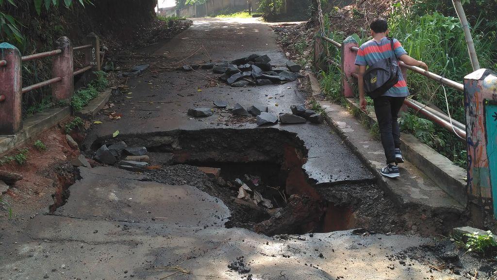 Dear Wali Kota Depok, Tolong Perbaiki Jembatan Jebol di Kampung Rawageni