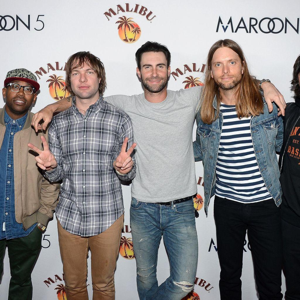 Anak Adam Levine Segera Lahir, Maroon 5 Batalkan Konser