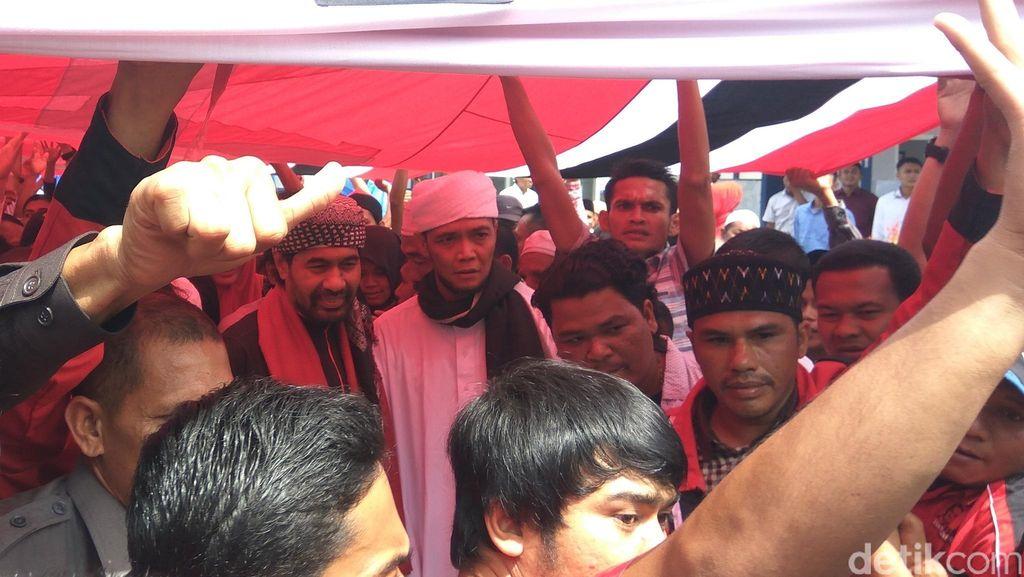 Dipayungi Bendera Raksasa, Wagub Aceh Daftar jadi Cagub