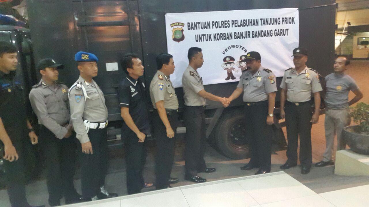Polres Pelabuhan Tanjung Priok Bagikan Bantuan untuk Korban Banijr Garut (Istimewa)