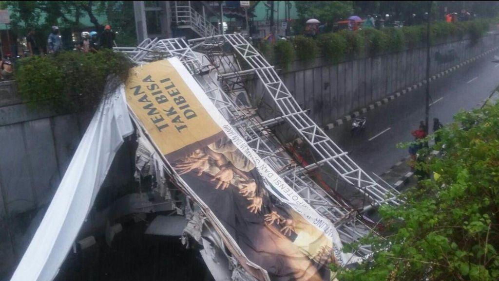 JPO Pasar Minggu Ambruk, 1 Orang Dikabarkan Meninggal
