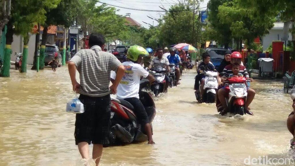 Gus Ipul Pantau Perkembangan Banjir Sampang yang Makin Meluas