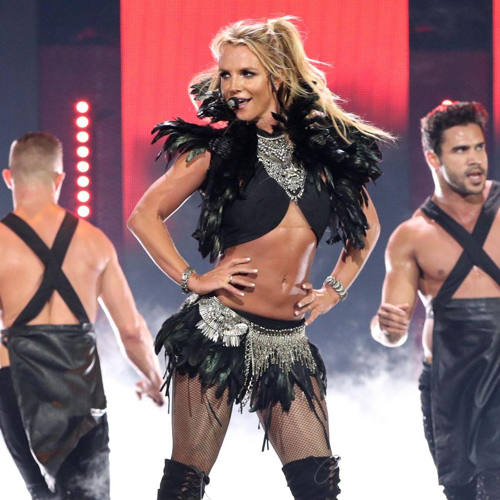Britney Spears Jadi Viral karena Kostumnya Berkali-kali Lepas di Panggung