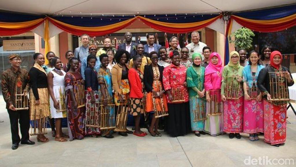 Alunan Angklung Pukau Warga Nairobi di Festival ASEAN
