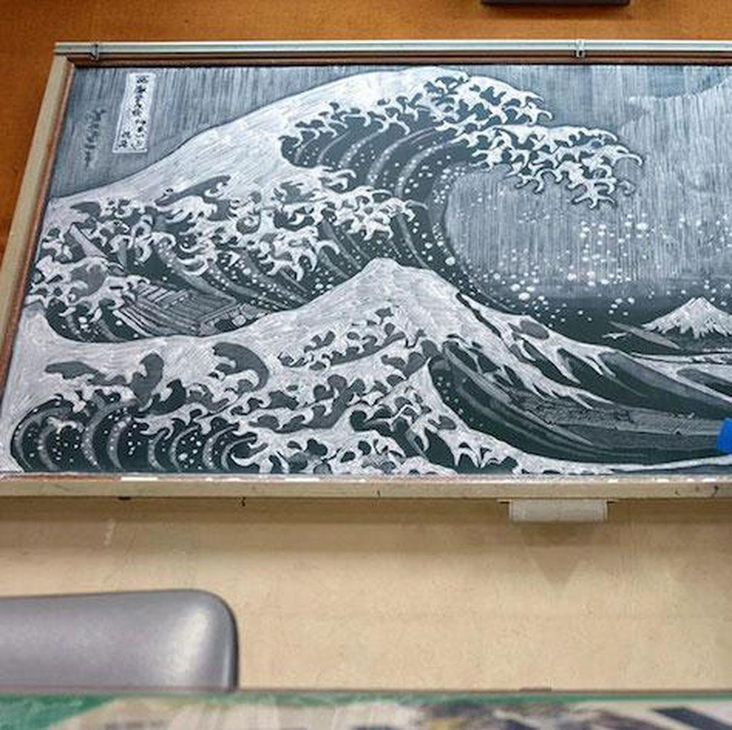 Seorang Guru Seni di Jepang Bikin Karya di Papan Tulis