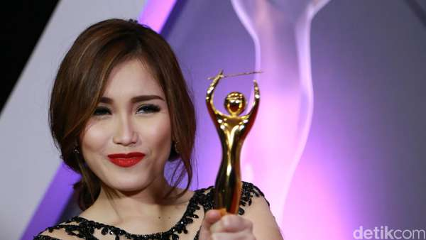 Sexy In Red! Gaya Ayu Ting Ting di AMI Awards 2016