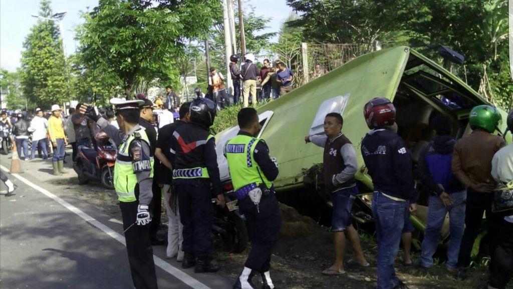 Diduga Rem Blong, Bis Jurusan Sukabumi – Cirebon Masuk Parit