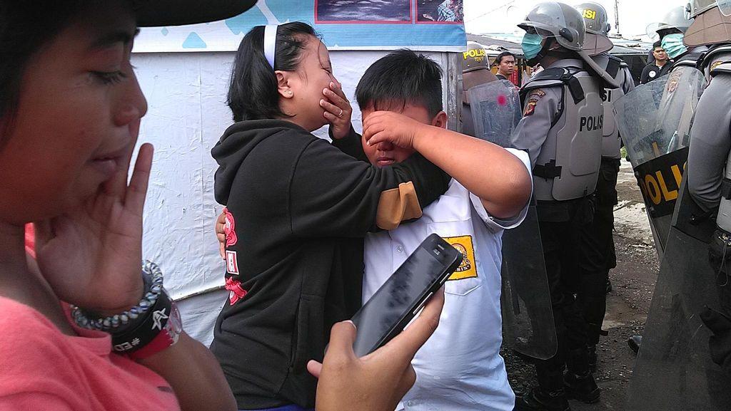 Warga Menangis dan Pingsan Saat Petugas Bongkar Bangunan Liar di Bandung