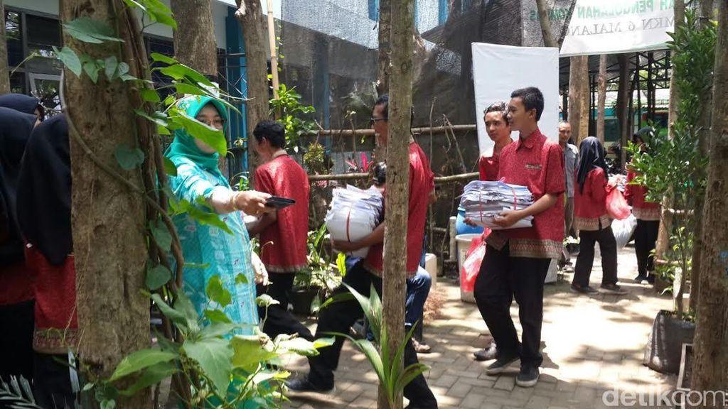 Siswa-siswi di Sekolah ini Nabung dengan Sampah