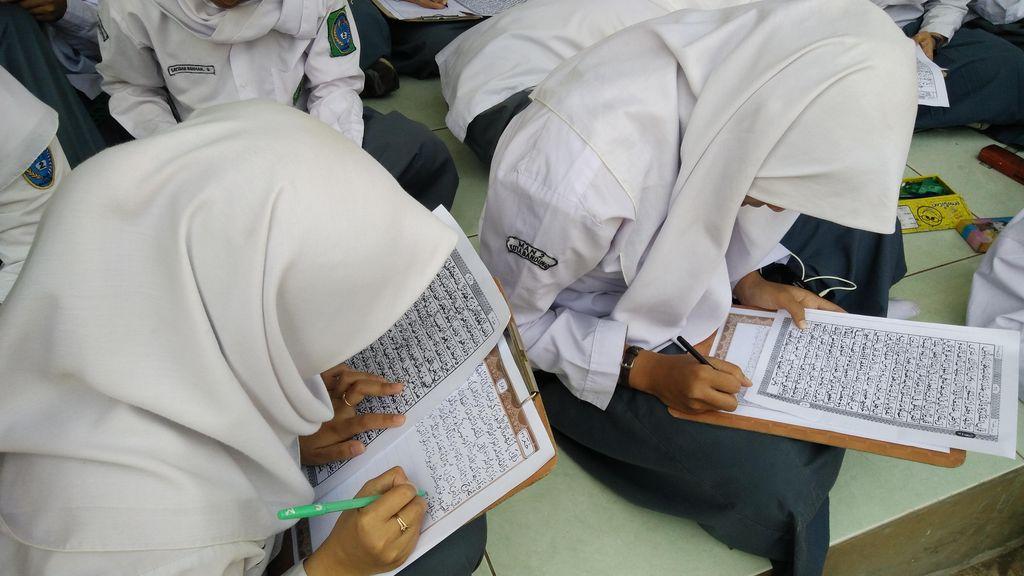 1.250 Siswa MAN 2 Bandung Menulis Ulang Lembaran Alquran