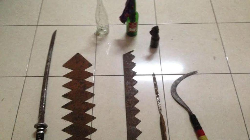 Aneka Senjata Tajam ini Disita Polisi dari Sekelompok Remaja di Kebon Jeruk