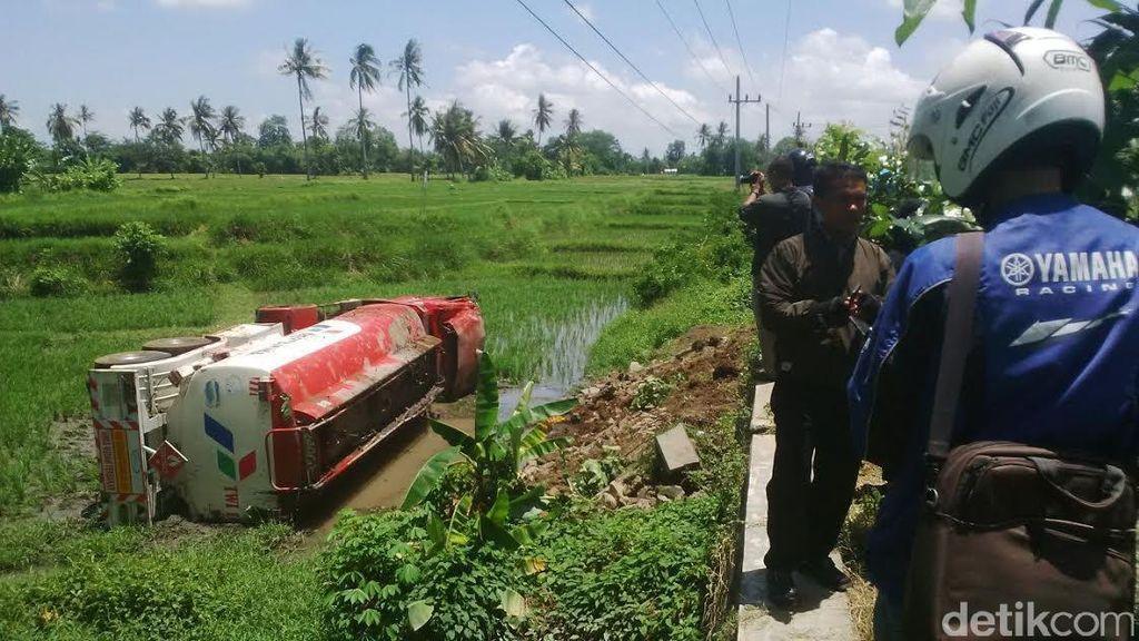 Pertamina akan Evakuasi Truk Solar yang Nyungsep di Sawah