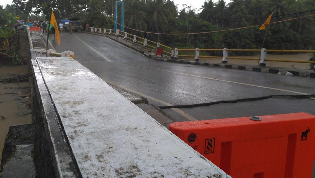 Tinjau Jembatan Ambles di Pangandaran dan Banjar, Aher: Ini Gara-gara Sampah