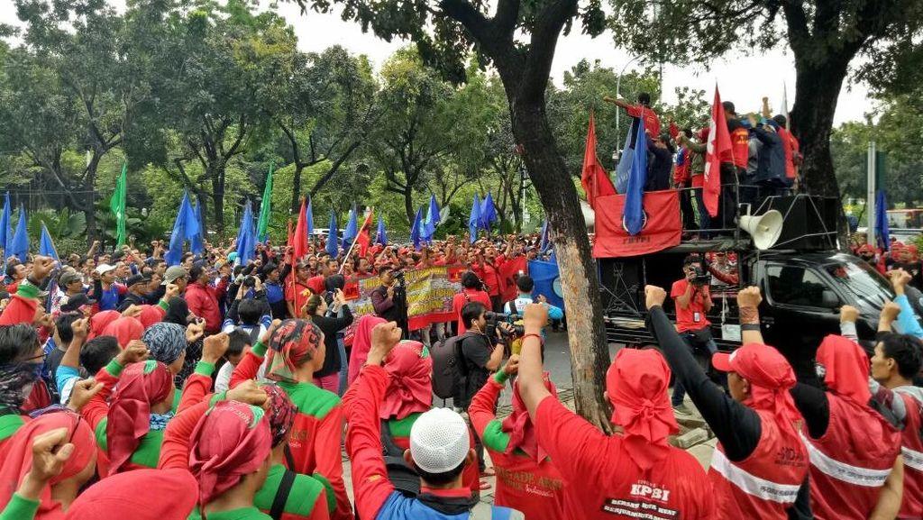 Ratusan Buruh Demo di Depan Balai Kota Tuntut Kenaikan Upah
