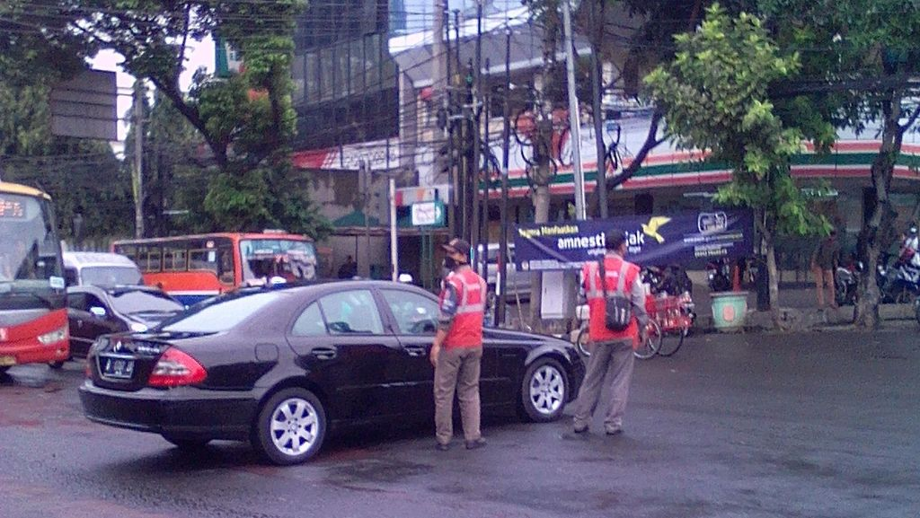 Mobil Mercy yang Parkir di Tengah Jalan Mampang karena Kehabisan Bensin