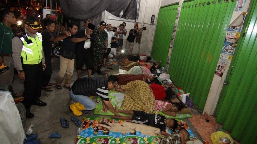 Banjir di Sampang, Wagub Jatim Temui Pengungsi yang Tidur di Emperan Toko