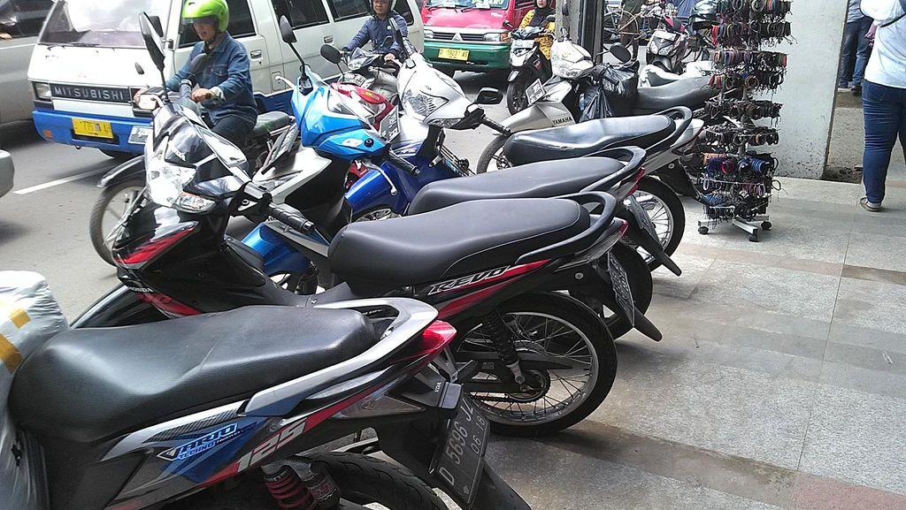 Motor dan PKL Kuasai Trotoar Cantik di Pasar Baru Bandung