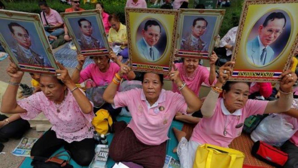 Khawatirkan Kesehatan Raja Thailand, Ratusan Warga Datangi Rumah Sakit Bangkok