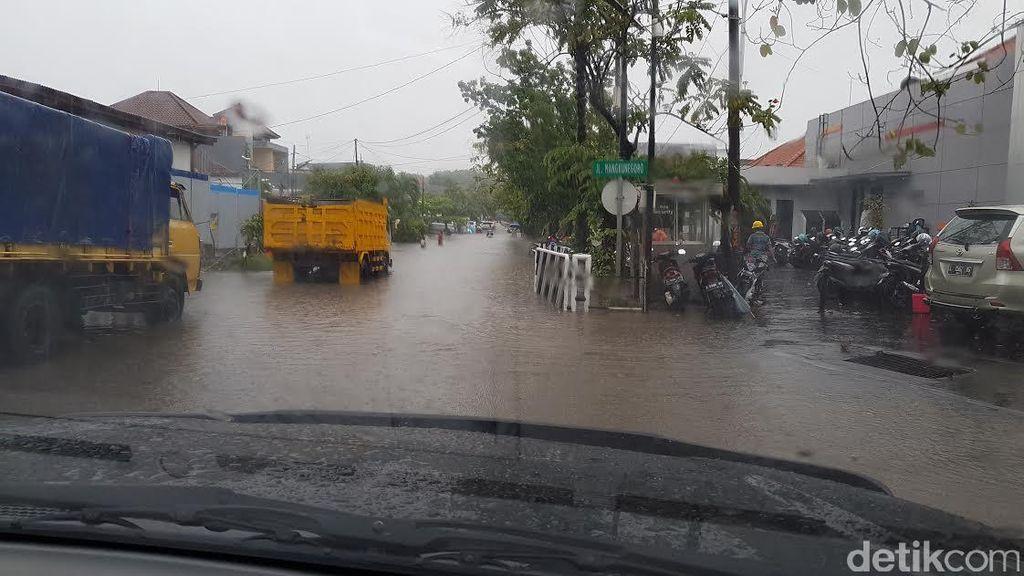 Diguyur Hujan Deras 1 Jam, Beberapa Kawasan di Surabaya Terendam Air