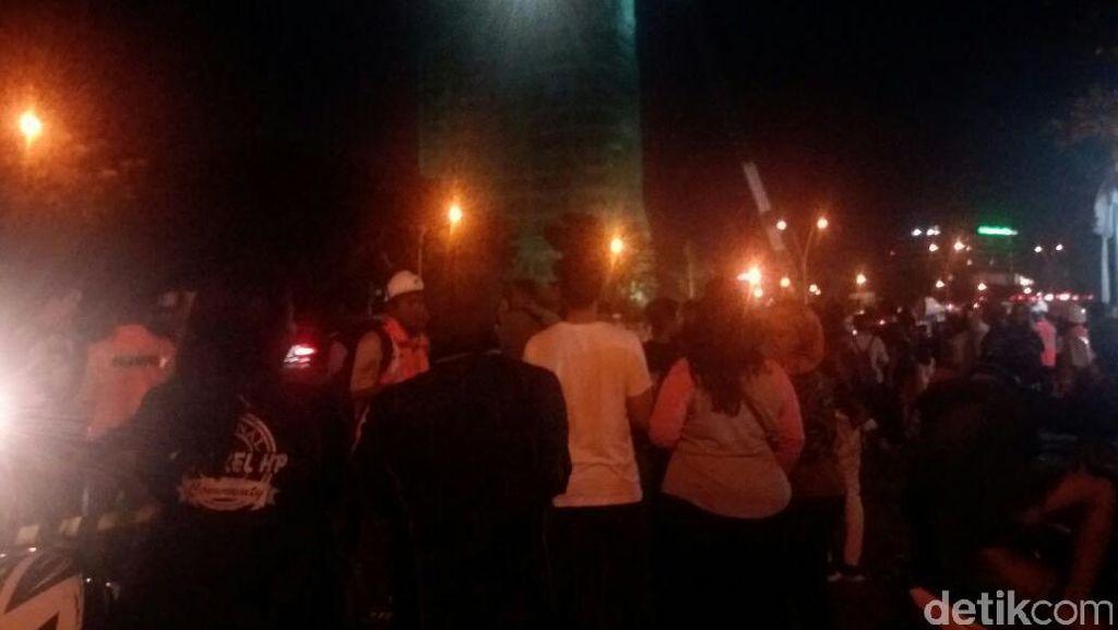 Warga Makin Ramai Saksikan Detik-detik Perobohan Gedung di Bintaro