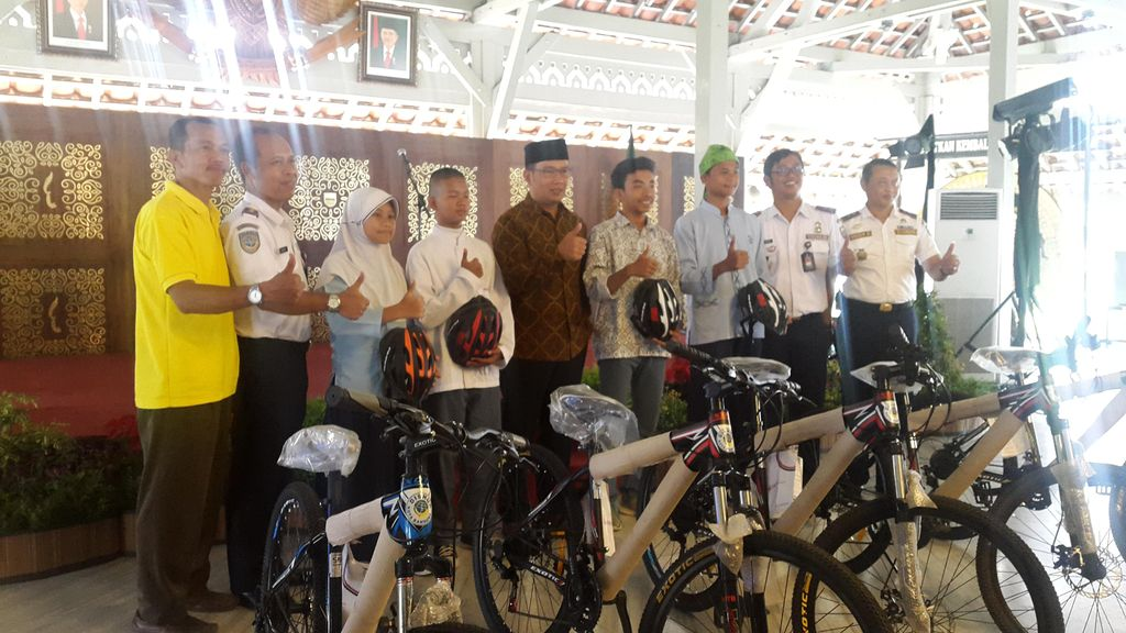 Kawula Muda di Bandung Ini Tiap Hari Bersepeda ke Sekolah