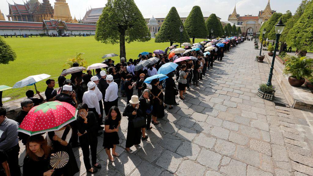 Serba Hitam, Warga Thailand Antre Hadiri Ritual Persemayaman Raja Bhumibol