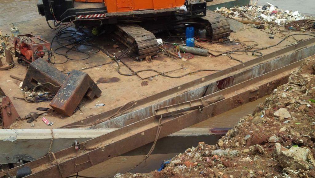Pekerja Tertimpa Paku Bumi di Ciliwung Shock Setelah Kakinya Diamputasi