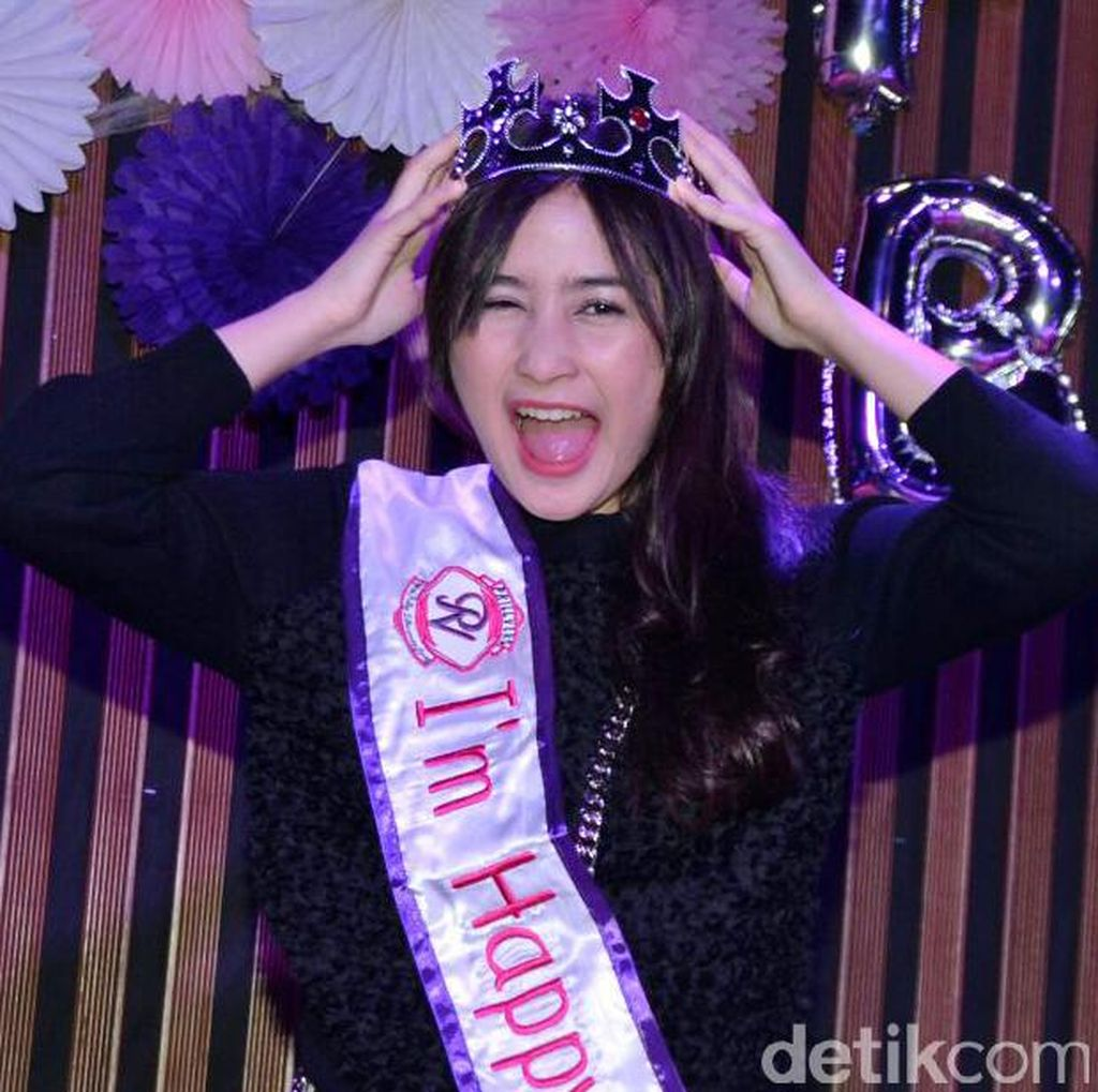 <i>Happy Birthday</i> Prilly Latuconsina