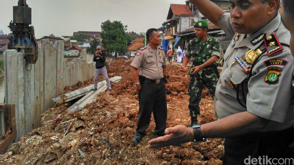 Paku Bumi Timpa Pekerja di Ciliwung, Polisi: Unsur Kelalaian Belum Ketahuan