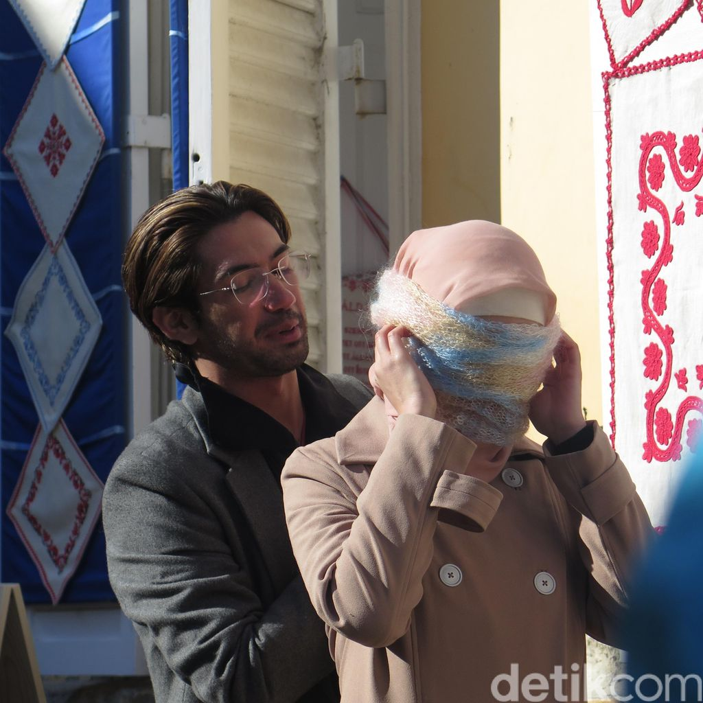Syuting SYTD2, Reza Rahadian Mesra dengan Raline Shah di Szentendre