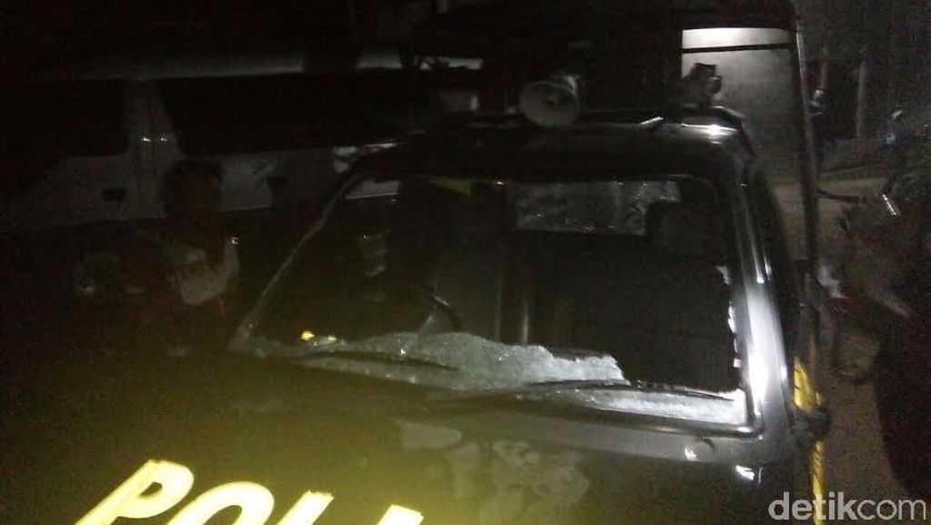 Ratusan Pemuda Rusak Rumah Warga dan Mobil Polisi di Mojokerto
