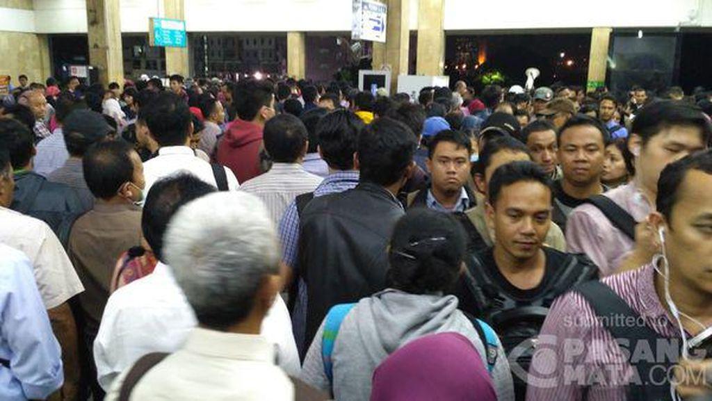 Gangguan Wesel Bikin Antrean KRL, Stasiun Tanah Abang Super Padat