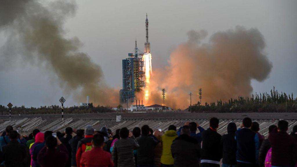 Pesawat Antariksa China Sukses Berlabuh di Ruang Angkasa, Jalani Misi Terlama