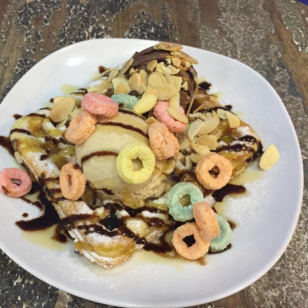 Enaknya Waffle Manis Empuk dengan Paduan Gelato Tiramisu dan Cokelat