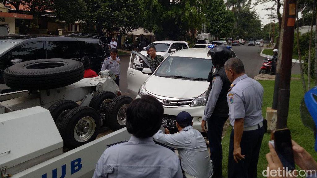 Parkir Sembarangan di Pondok Pinang, 4 Mobil dan 1 Bus Diderek Petugas