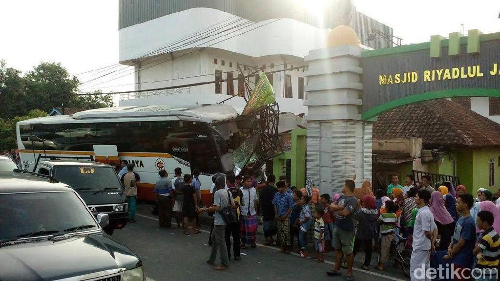 Sopir Ngantuk, Bus Harapan Jaya Tabrak Pondok Riyadlul Jannah