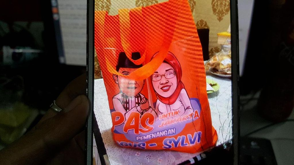 Relawan Agus-Sylvi Tebar Goody Bag Sembako, ini Kata Anies Baswedan