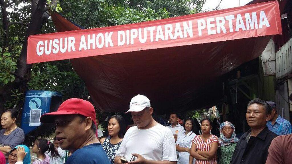 Kunjungi Warga Ancol, Anies Disambut Spanduk Gusur Ahok