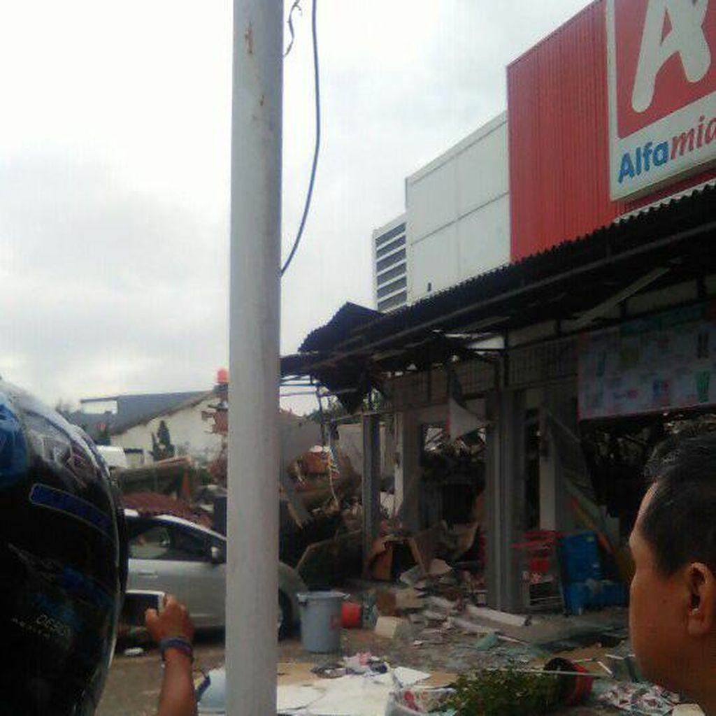 Ada Ledakan Keras di Jatimurni Bekasi, Bangunan PHD dan Alfamidi Hancur