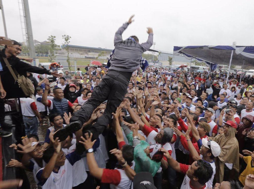 Saat Agus Yudhoyono Lompat dari Panggung dan Diarak Para Relawan