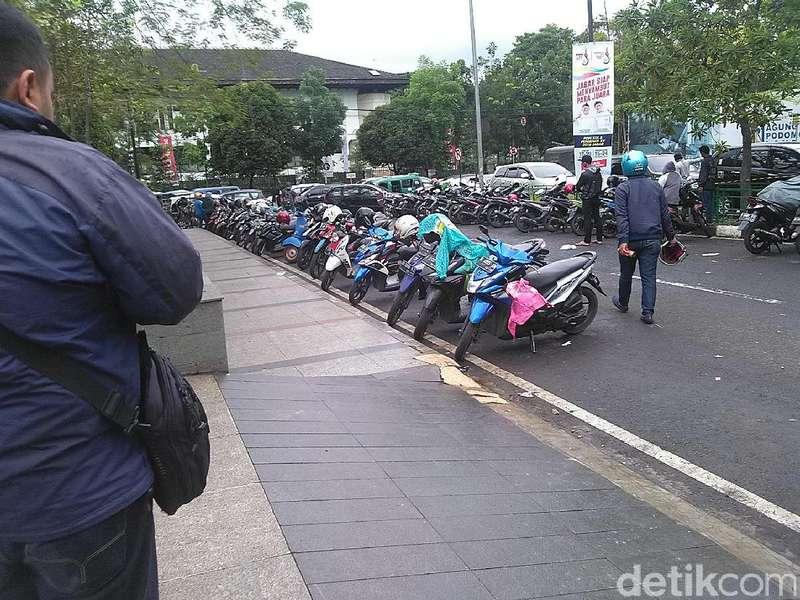 Warga Keluhkan Tarif Rp 3.000 untuk Parkir di Lapangan Gasibu Bandung