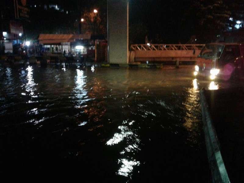 Jalan Dipati Unus Tangerang Tergenang, Banyak Motor Mogok